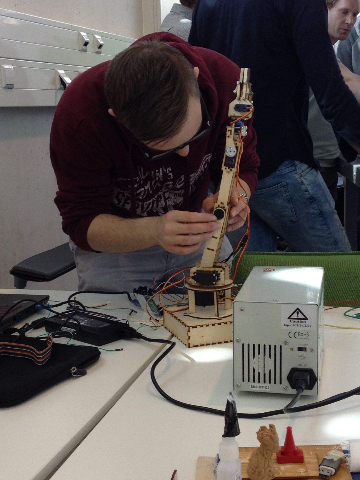 Student elektrotechniek werkt aan Robotic Arm